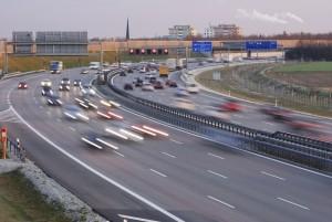 Auf Autobahnen darf vom Rechtsfahrgebot abgewichen werden, wenn sich der Verkehr verdichtet.