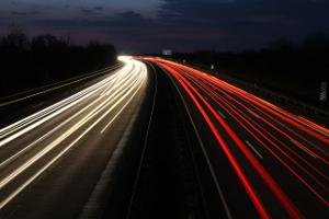 Welche Richtgeschwindigkeit gilt auf der Autobahn für Pkw und andere Kfz?
