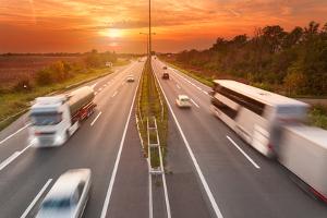 Gilt die Richtgeschwindigkeit auch für Lkw und Busse?