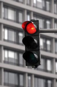 Im Verkehrsrecht wird zwischen einfachem und qualifiziertem Rotlichtverstoß unterschieden