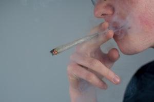 Die Konzentration von Reststoffen ist im Speichel besonders hoch. Deshalb eignet er sich gut für einen Drogentest.