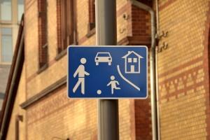 In einer Spielstraße ist die Geschwindigkeit entsprechend anzupassen.