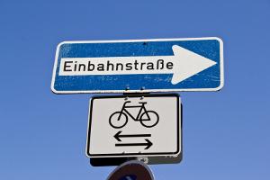 Straßenschilder: Eine nähere Erklärung oder Ausnahme kann durch ein Zusatzzeichen erfolgen.