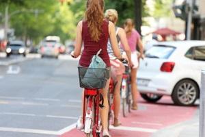 In der StVZO werden Vorschriften für Fahrradbeleuchtung und Bremsvorschriften festgehalten.