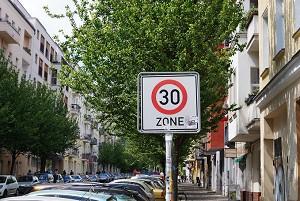 Die Tempo-30-Zone findet sich häufig in Wohngebieten oder vor Schulen
