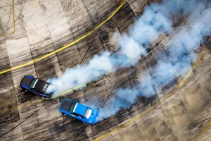 Strafbar machen sich Temposünder, die an illegalen Autorennen teilnehmen.