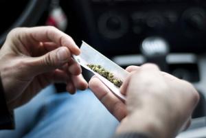 THC beeinflusst das Autofahren bzw. die Fähigkeit dazu. Drogen am Steuer bedeuten in der Regel ein Fahrverbot.