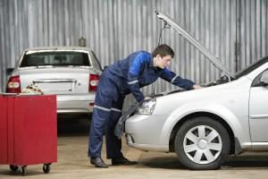 Eine TÜV-Hauptuntersuchung am Pkw führt ein Experte durch.
