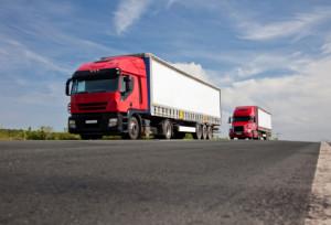 Überholen im Überholverbot: Für LKW drohen Bußgelder und Punkte.