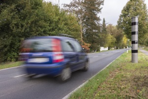Bei Überschreiten der Höchstgeschwindigkeit außerhalb geschlossener Ortschaften zahlen Pkw-Fahrer bis zu 600 Euro.