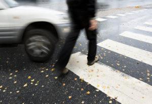 Das Bußgeld für einen Unfall beim Abbiegen kann 80 € betragen
