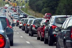 Kommt es nach einem Unfall auf der Autobahn zu einem Stau, sollten sämtliche Fahrzeuge eine Mittelgasse bilden.