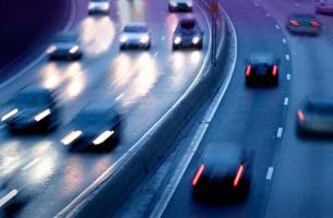 Wurden bei einem Unfall auf der Autobahn Personen verletzt, müssen Polizei und Ambulanz alarmiert werden.