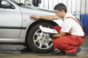 Nach einem Unfall ist der Restwert vom Auto zu ermitteln.
