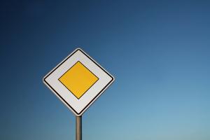 Verkehrszeichen geben Hinweise für Autofahrer.