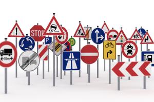 Verkehrszeichen kommen in Deutschland in einer Vielzahl auf den Straßen vor.