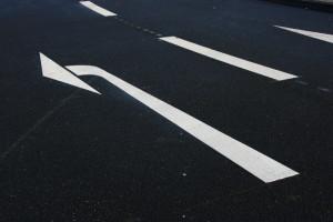 Wenden mit dem Auto sollte der Autofahrer nur, wenn die Fahrbahnen frei sind.